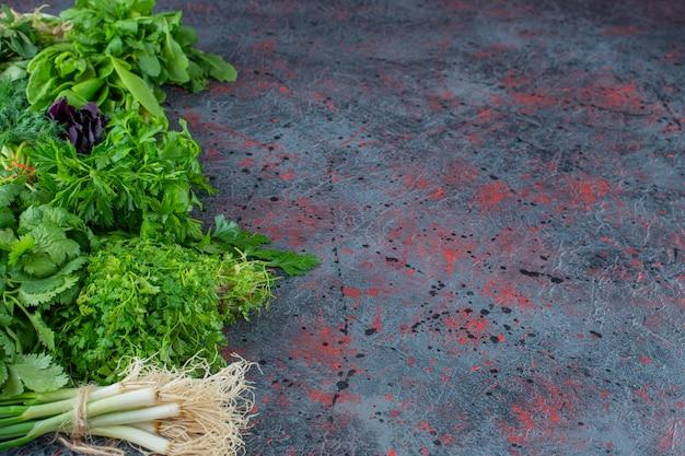 Uma variedade de verduras frescas, no fundo de mármore.