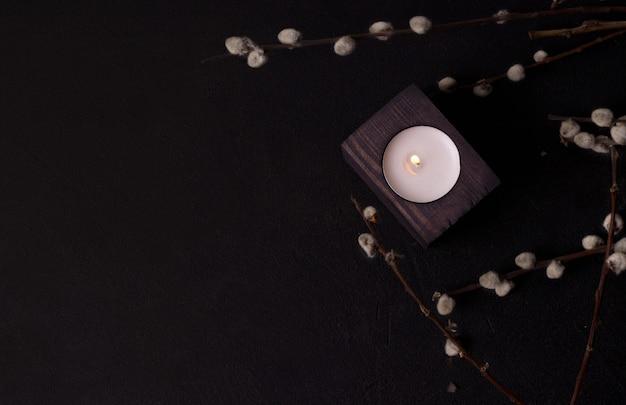 Uma vela em um castiçal de madeira