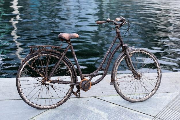 Uma velha bicicleta afundada que foi puxada para fora da água