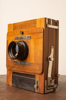 Uma velha câmera de madeira do século passado com um acordeão.