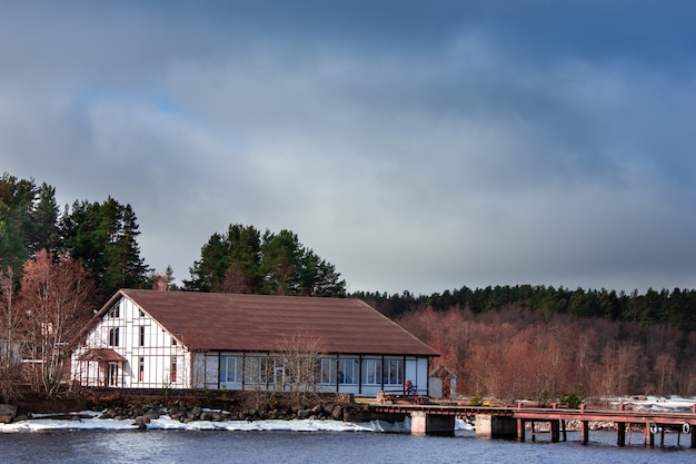 Uma velha casa à beira do lago a casa branca