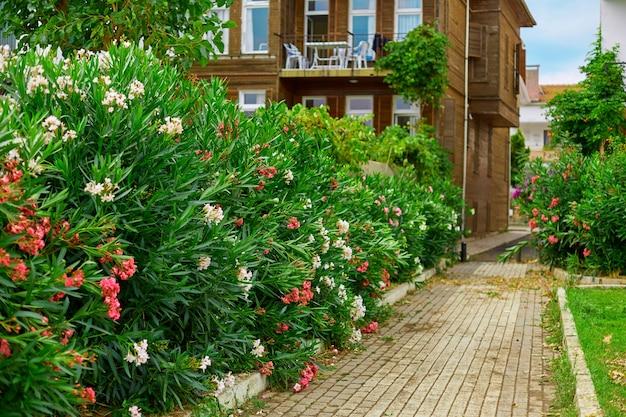 Uma velha casa de quatro andares com um jardim verdejante