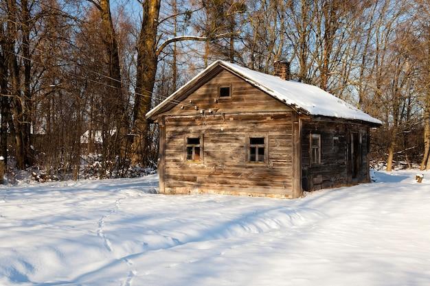 Uma velha casa rural de madeira no inverno