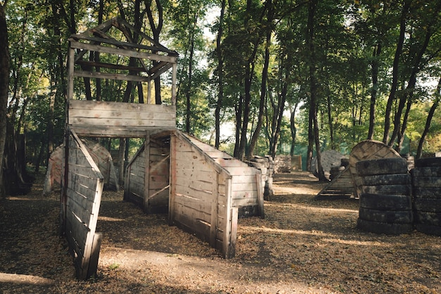 Uma velha construção de madeira grande e estranha na base para paintball
