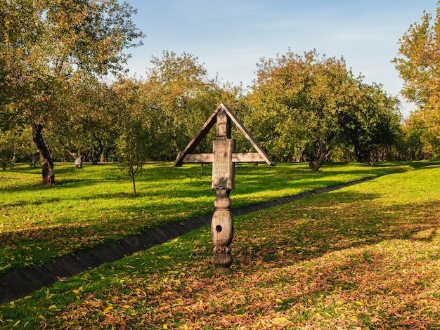 Uma velha cruz de culto de madeira com a inscrição em inglês -