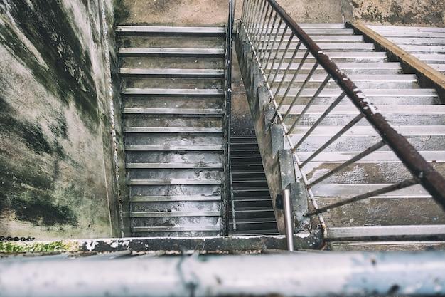 Uma velha escada de concreto fora do prédio