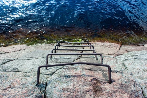 Uma velha escada enferrujada incrustada em pedra