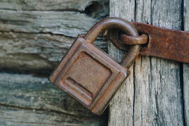Uma velha fechadura enferrujada em uma velha porta de madeira