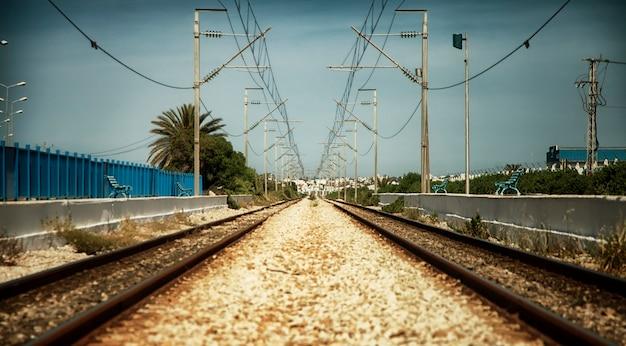 Uma velha ferrovia em uma estação ferroviária em tunis, norte da áfrica.