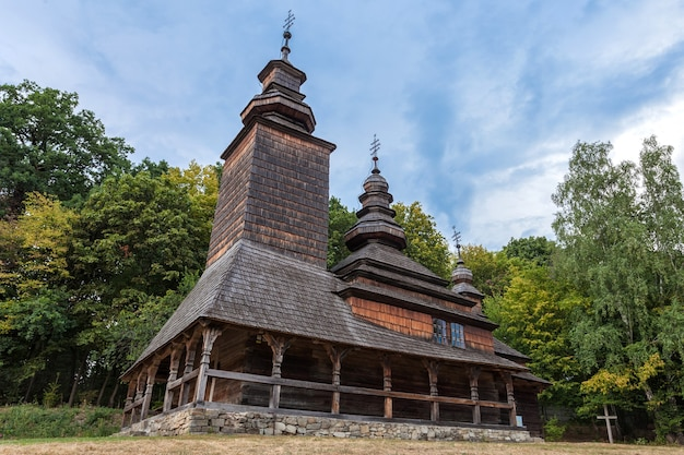 Uma velha igreja de madeira da ucrânia ocidental no museu de arquitetura de kiev pirogovo.