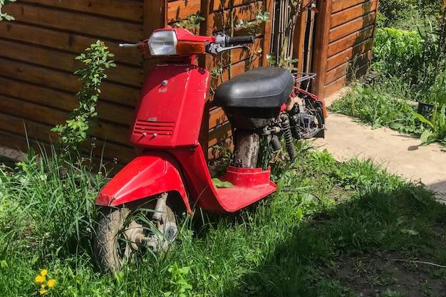 Uma velha scooter japonesa defeituosa. velha motoneta