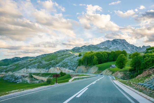 Uma viagem pitoresca pelas estradas de montenegro entre rochedos e túneis. o rio moraca.