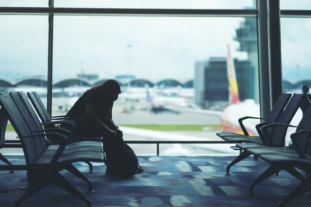 Uma viajante preparando e fazendo as malas no aeroporto
