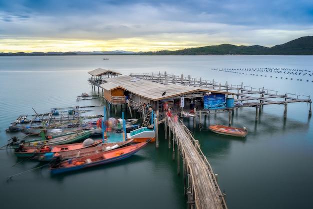 Uma vila de pescadores com a luz da noite.