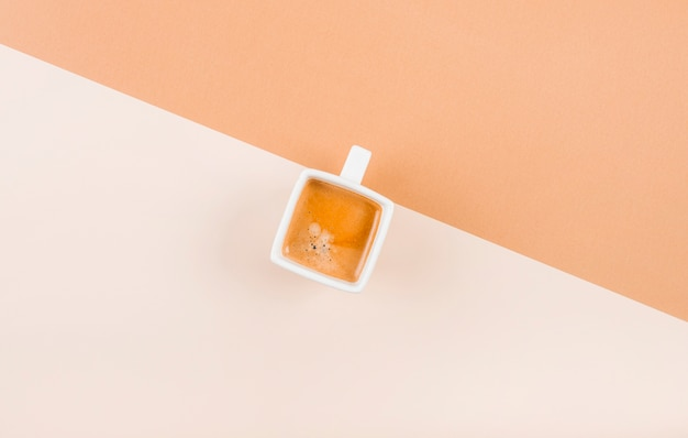 Uma visão aérea da xícara de café no fundo dual