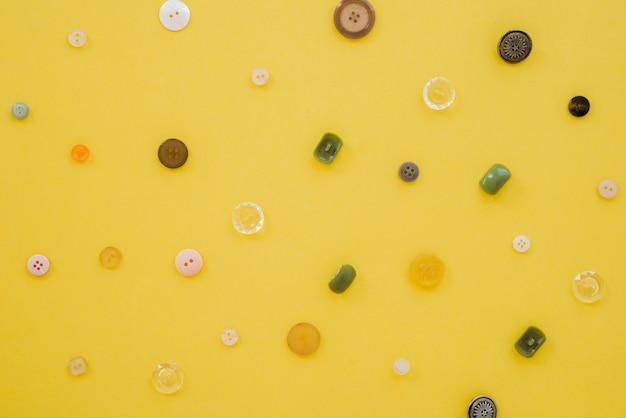 Uma visão aérea de botões no pano de fundo amarelo