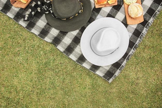 Uma visão aérea de chapéus e pães assados sobre o cobertor