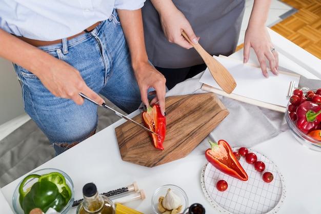 Uma visão aérea de duas mulheres preparando a comida juntos