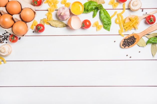 Uma visão aérea de ingredientes para fazer macarrão