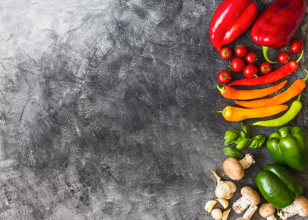 Uma visão aérea de legumes coloridos no fundo grunge
