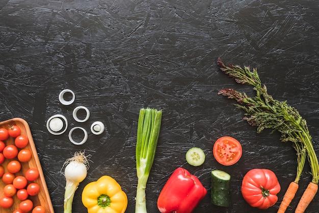 Uma visão aérea de legumes frescos no balcão da cozinha