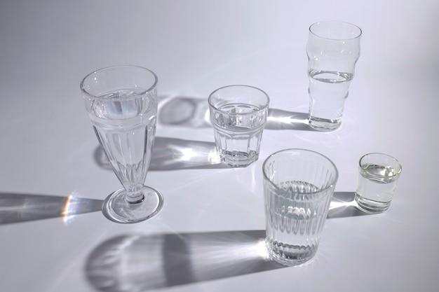 Uma visão aérea de óculos com sombra escura no fundo branco