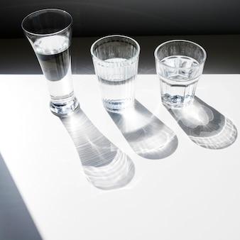 Uma visão aérea de óculos com sombra no fundo branco
