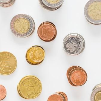 Uma visão aérea de prata; ouro; e moedas de cobre no fundo branco