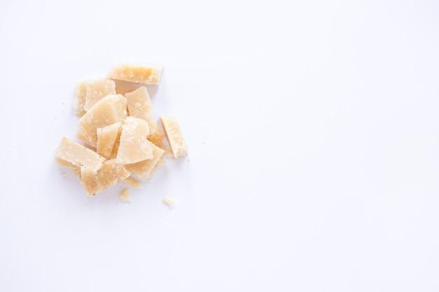 Uma visão aérea de queijo quebrado isolado no fundo branco