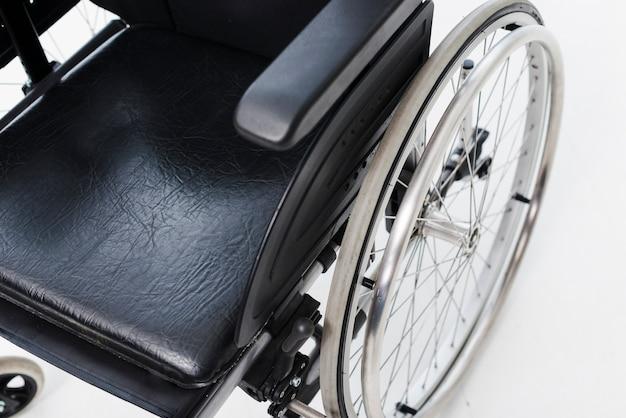 Uma visão aérea de uma cadeira de rodas em pano de fundo branco