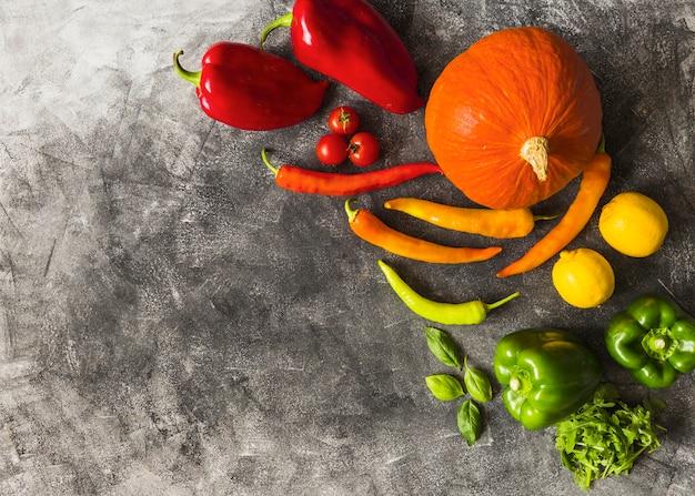 Uma visão aérea de vegetais orgânicos frescos no plano de fundo texturizado