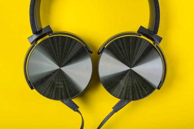 Uma visão aérea do fone de ouvido no pano de fundo amarelo