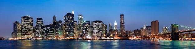 Uma visão da cidade de nova york durante a noite
