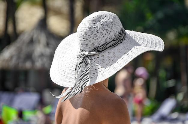 Uma visão de uma mulher com um chapéu.