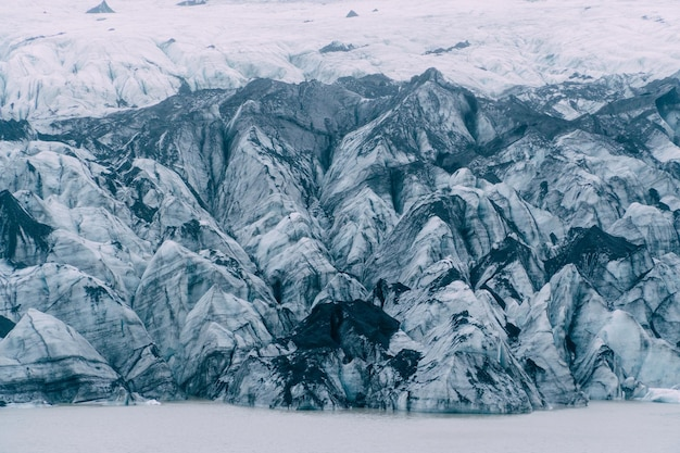 Uma visão detalhada da estrutura de uma geleira coberta de cinzas