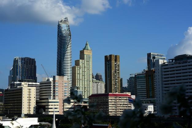 Uma visão do edifício de escritórios da capital, bangkok, tailândia