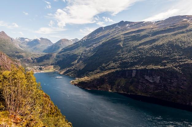 Uma visão elevada da paisagem de montanha verde