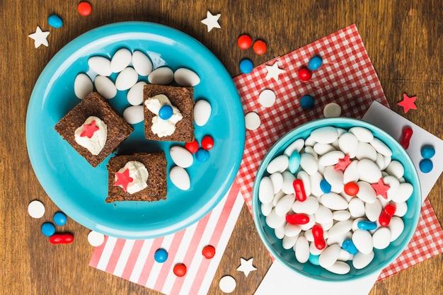 Uma visão elevada de bolo e doces para comemorar o dia da independência