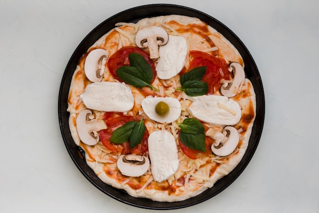 Uma visão elevada de pizza italiana em fundo cinza concreto