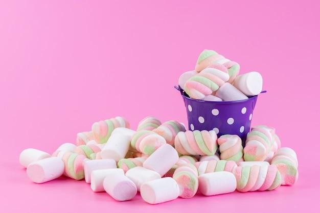Uma visão frontal de geléias doces dentro de uma cesta roxa em rosa