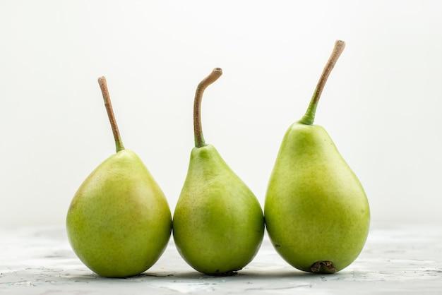 Uma visão frontal de peras verdes frescas maduras e maduras no branco