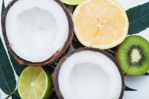 Uma visão geral de coco cortado ao meio; lima; limão e kiwi