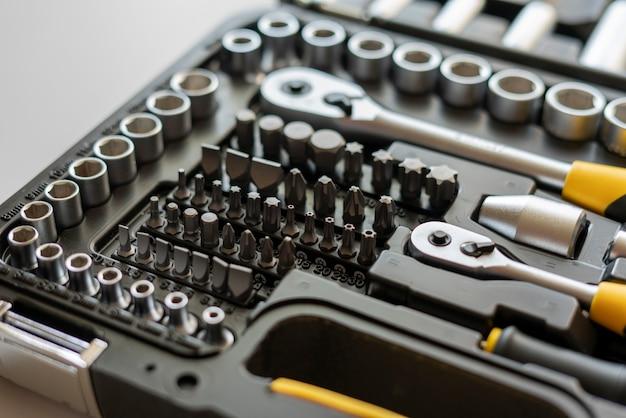 Uma visão macro da caixa de ferramentas com kit de chaves de fenda, ferramentas manuais de aço