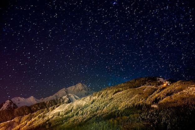 Uma visão noturna dos alpes cobertos de neve na áustria.