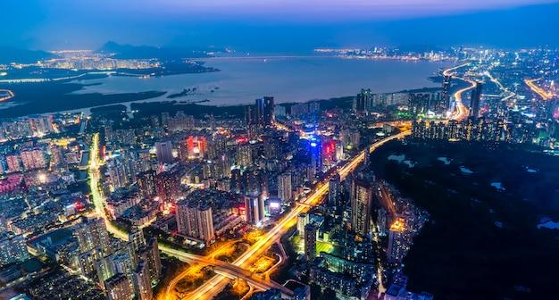 Uma visão panorâmica da arquitetura urbana à noite