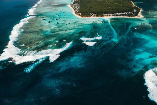 Uma vista aérea de le morne brabant, um patrimônio mundial da unesco