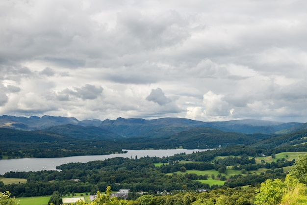 Uma vista aérea do lago windermere de orrest head