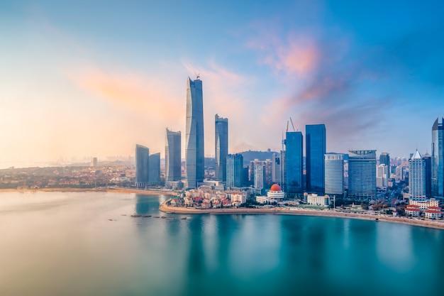 Uma vista aérea panorâmica da paisagem arquitetônica e do horizonte da baía de qingdao fushan