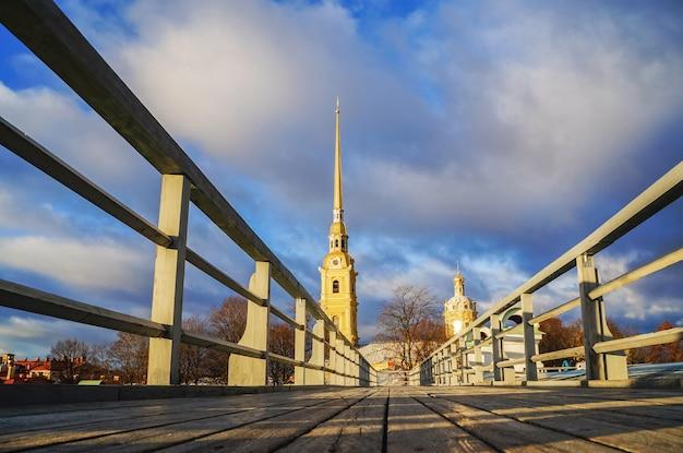 Uma vista da catedral de são pedro e são paulo em são petersburgo.