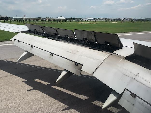 Uma vista da janela do avião da asa e flaps após o pouso.